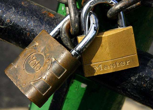 Kaksi lukkoa. Kuvituskuva.